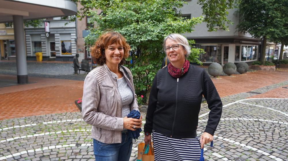 Zwei von zahlreichen Besucher*innen beim Get together: Andrea Vogt (li) von der Galerie Konzept 48/11 mit der Krefelder Künstlerin Susanne Kurwig, die im Juli in der Galerie auf der Langen Straße 48 ihre Arbeiten ausstellt
