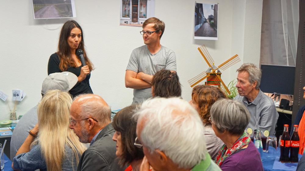 Ihr Lieblingsort ist die Schöffengasse: Studentin Leila Rudzki mit Lukas Kratzer vom DülkenBüro