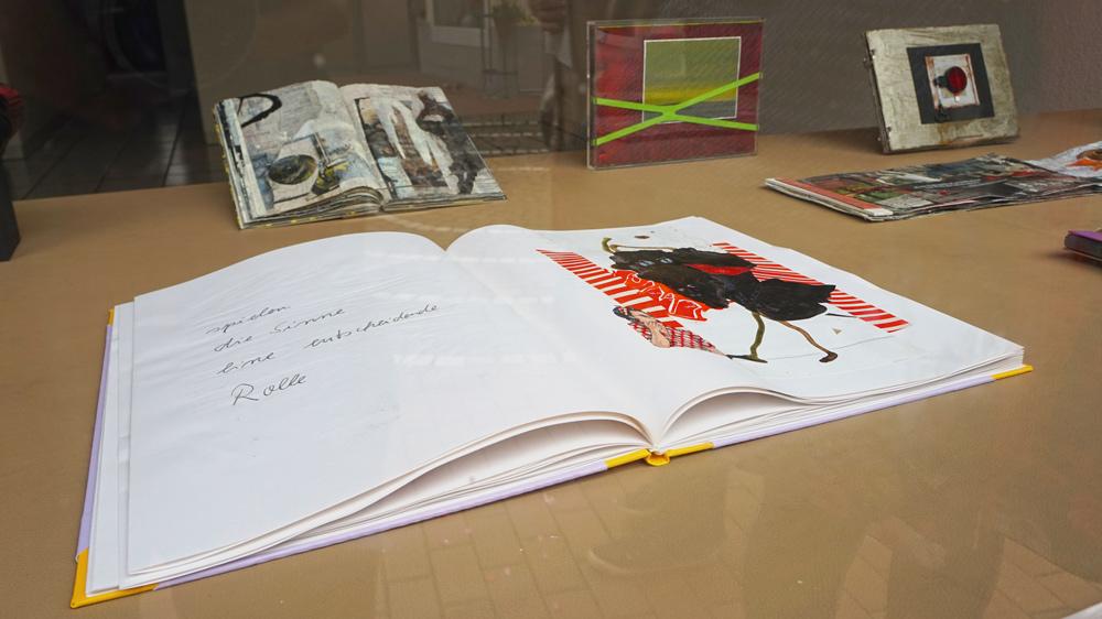Von der Neusser Künstlerin Helga Weidenmüller gestaltetes Schaufenster im Rahmen der Aktion SchaufensterKunstBummel